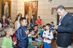 Elevii-Scolii-Gimnaziale-Principele-Radu-in-vizita-la-Palatul-Elisabeta-11-iulie-2014-foto-Daniel-Angelescu-c-Casa-MS-Regelui-9-300x199